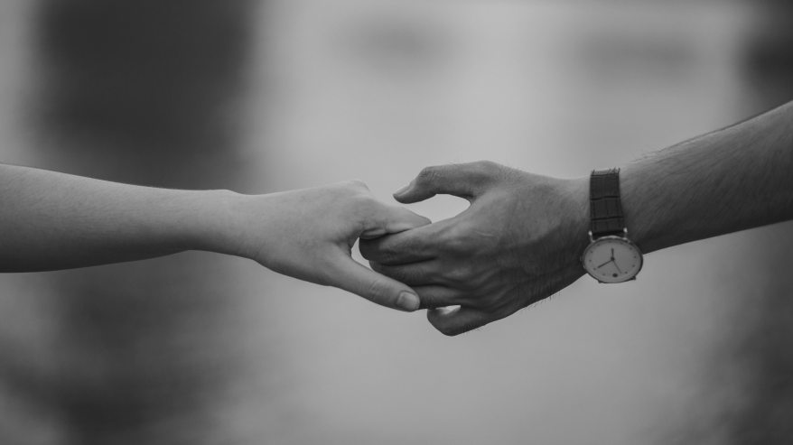 monochrome-photo-of-couple-holding-hands-1004014