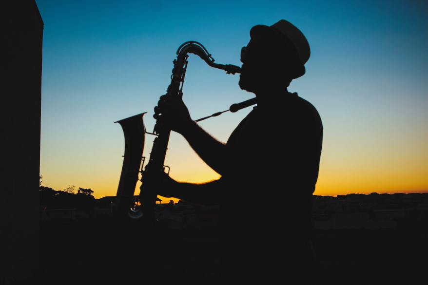 silhouette-of-a-man-playing-saxophone-during-sunset-733767