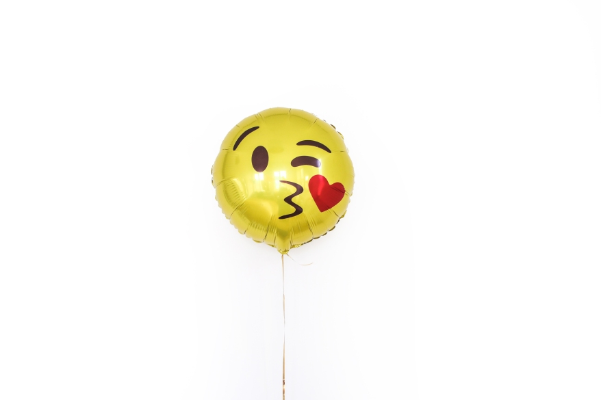 yellow-foil-balloon-with-smiley-kissing-face-3905856